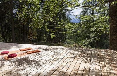 Yogamatten auf einer Holzterrasse