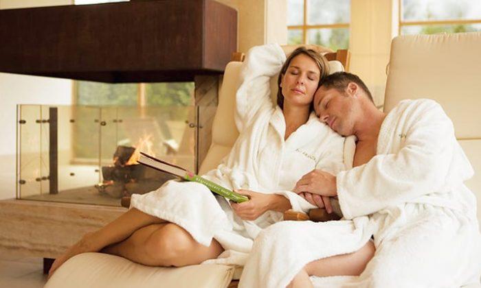 Paar in weißen Bademänteln entspannt im Spa