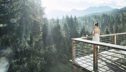 Frau steht auf Terrasse im Wald