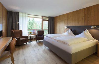 Bett im Doppelzimmer im Gartenflügel