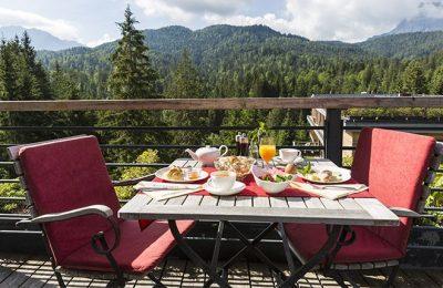 Gedeckter Frühstückstisch auf der Terrasse