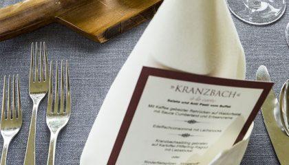 Fein gedeckter Tisch mit Kranzbach Serviette