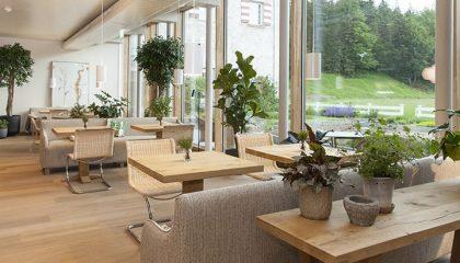 Helle Sitzgelegenheiten in der Kräutergartenlobby