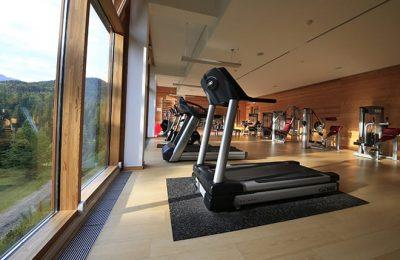 Moderne Trainingsgeräte im Fitnessraum