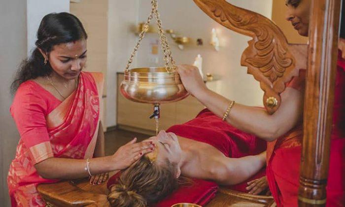 Frau erhält Ayurveda Behandlung