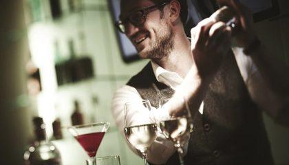 Barkeeper mixt ein Getränk