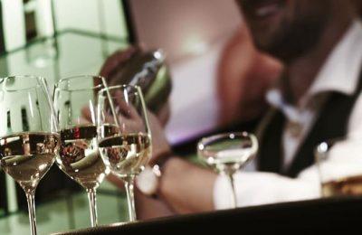 Gläser vor Barkeeper in der Nahaufnahme