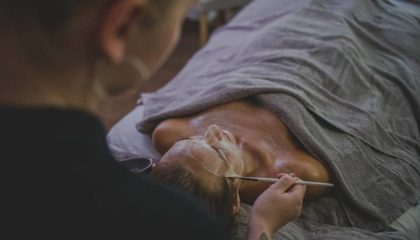 Frau erhält eine Gesichtsbehandlung