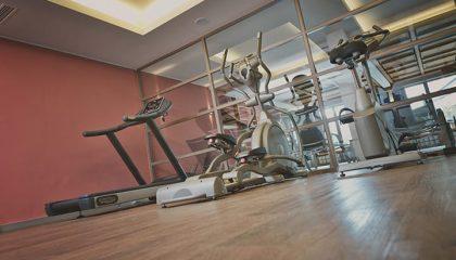 Trainingsgeräte im Fitnessraum