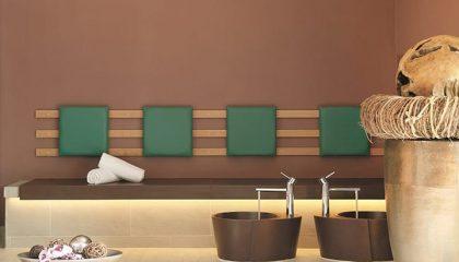 Fußbad mit grünen Sitzgelegenheiten
