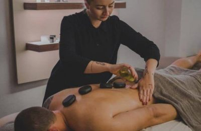Mann genießt eine Hot Stone Massage