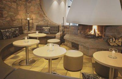 Runde Tische und Sitzegelegenheiten in der Lounge
