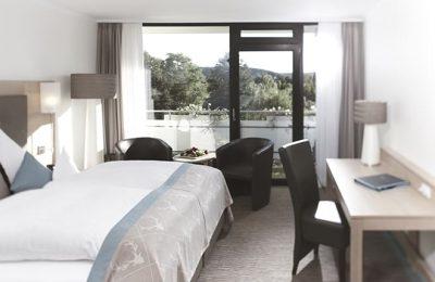 Bett und Wohnraum im Doppelzimmer Komfort