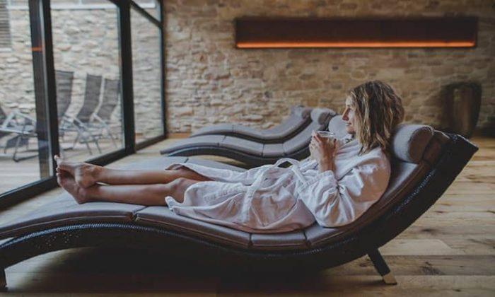 Frau genießt Auszeit auf Liege im Ruheraum