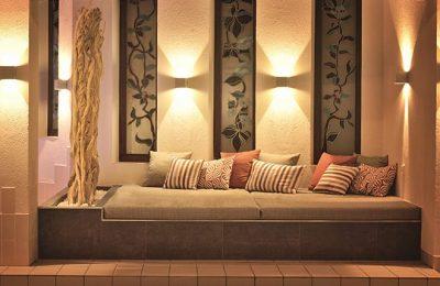 Stimmungsvoll beleuchtete Lounge