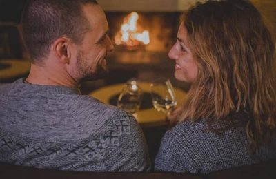 Paar sitz gemeinsam bei Kaminfeuer