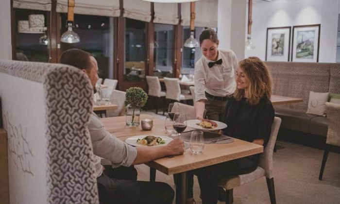 Paar wird Essen im Restaurant serviert