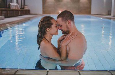 Paar genießt gemeinsame Momente im Pool