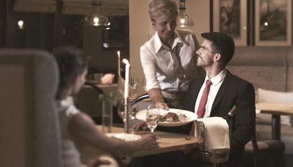 Paar wird essen serviert im Restaurant