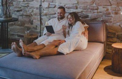 Paar in weißen Bademänteln entspannt gemeinsam