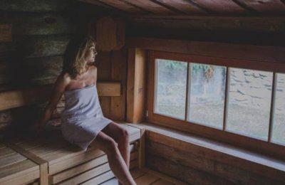 Frau erlebt einen Saunagang