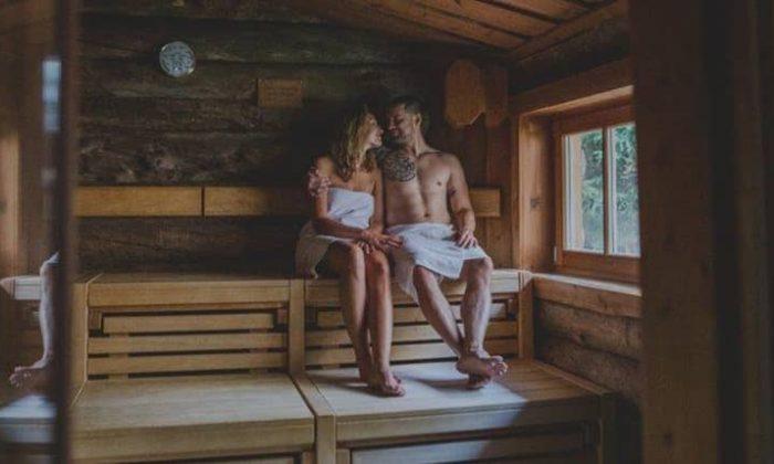 Paar genießt einen Saunagang