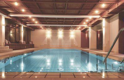 Beleuchtetes Schwimmbad im Hotel Kunzmanns