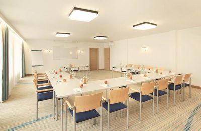 Raum für Tagungen mit zahlreichen Stühlen