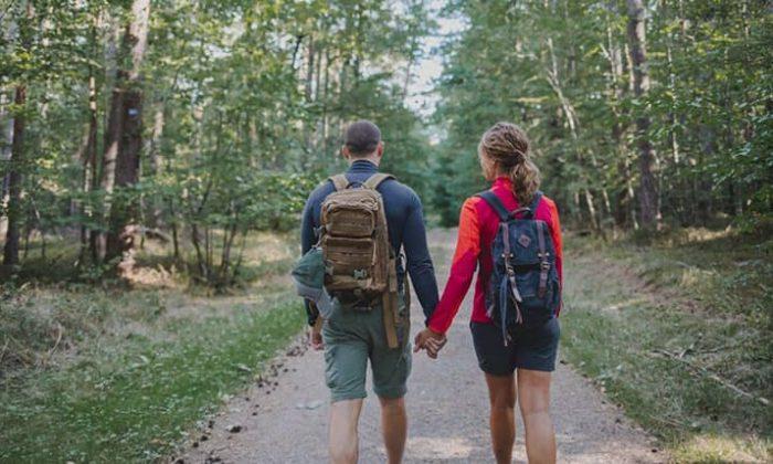 Paar wandert gemeinsam
