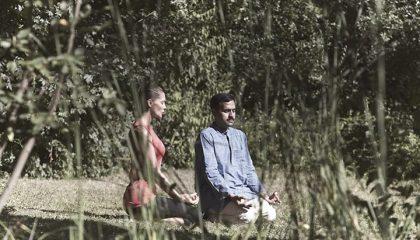 Mann und Frau meditieren zusammen