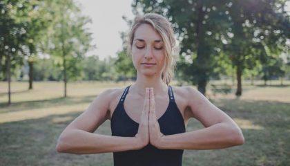 Frau macht Yoga im Freien