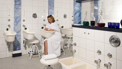 Frau badet ihren Arm nach Kneipp