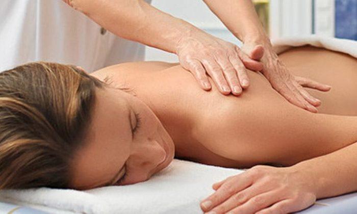 Frau erhält Massage