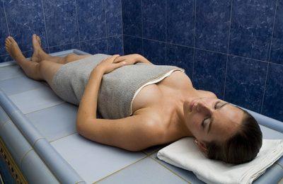 Frau entspannt im Hamam Bad