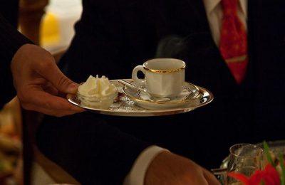 Mann wird Kaffee serviert