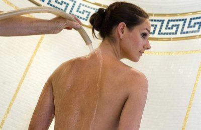 Frau erhält Rückenguss nach Kneipp