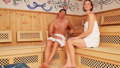 Mann und Frau erholt sich in der Sauna