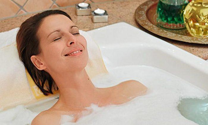 Frau etnspannt in Badewanne