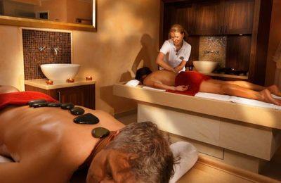 Frauen erhalten parallel eine Hot Stone Massage