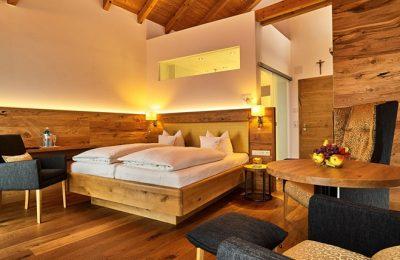 Bett und Wohnraum in der Birnhof Juniorsuite