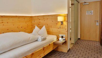 Bett und Wohnraum in einer Suite