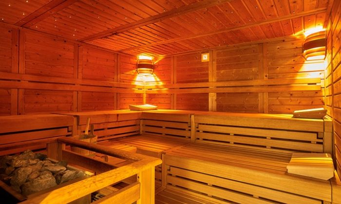 Orange-gelb leuchtende Sauna