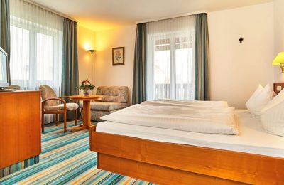 Bett und Wohnraum im Landhaus Doppelzimmer