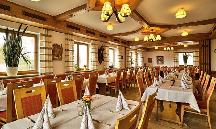 Restaurant im bayerischen Stil mit vielen Holzelementen