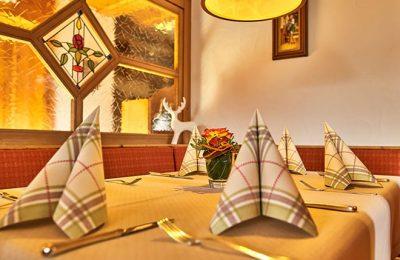 Gefaltete Servietten auf Tisch im Restaurant