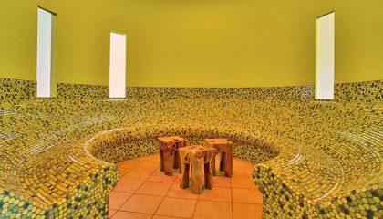 Kreisförmiger Ruheraum mit Holzhockern