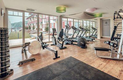 Moderne Fitnessgeräte im Fitnessraum