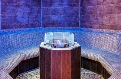 Blau leuchtendes rundes Kräuterbad