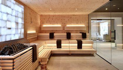 Helle Sauna mit Glasseite