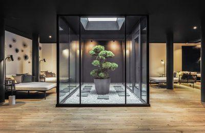 Atrium mit Glasfassaden und Ruheliegen